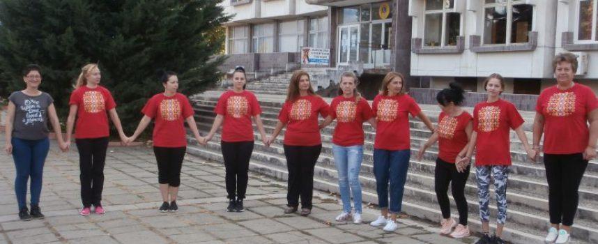 """Група за народни танци """"тропа"""" хорца в библиотеката"""