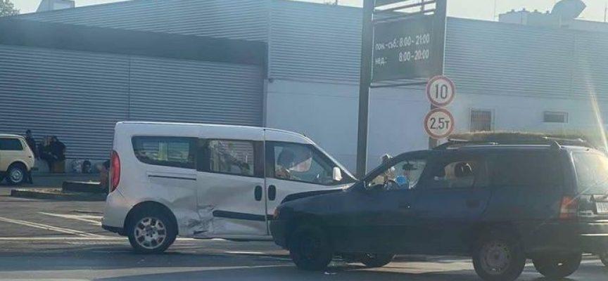 Две комбита се блъснаха на кръстовището при Кауфланд