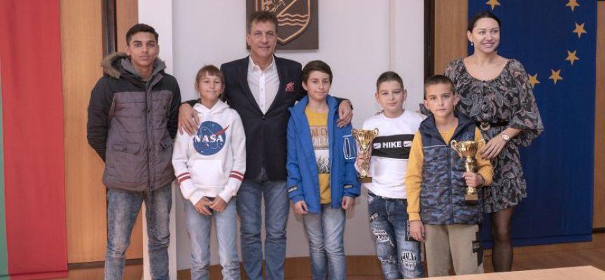 Тодор Попов и Ренета Камберова наградиха още пет деца със спортни успехи