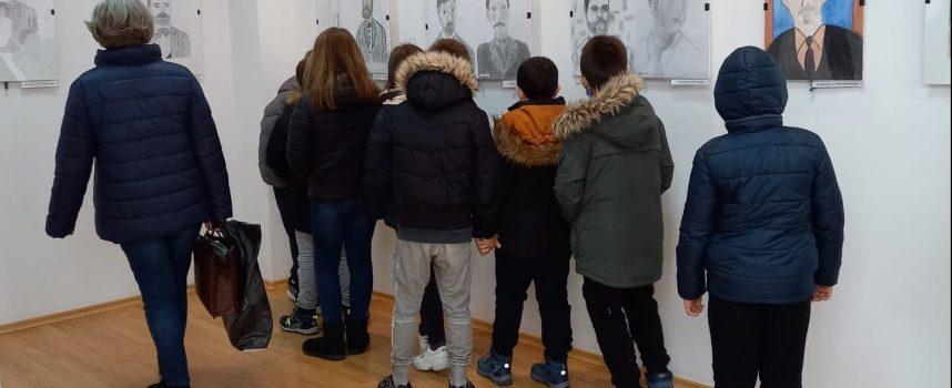 """Четвъртокласници от НУ """"Михаил Каролиди"""" първи посетиха изложбата """"Пещерските будители"""""""
