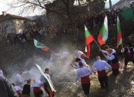 Младежи в Костандово и Дорково играха хоро в река Мътница
