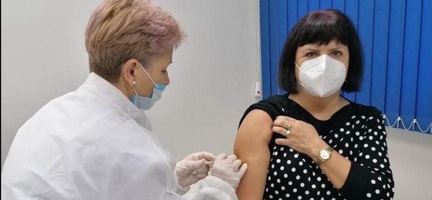 """Първите медици ваксинирани в """"Уни Хоспитал"""" ще получат втората доза на 17 януари"""