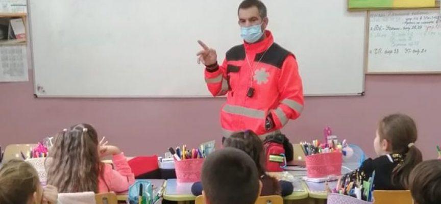"""В училище """"В. Друмев"""": Парамедик се срещна с четвъртокласници"""