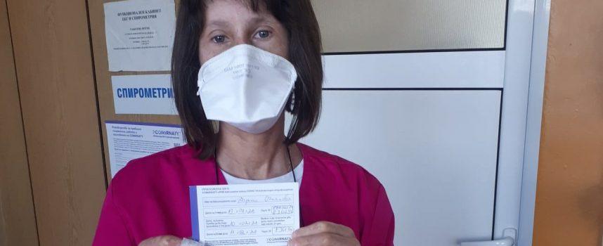Медицинска сестра с автоимунно заболяване се ваксинира срещу Covid-19