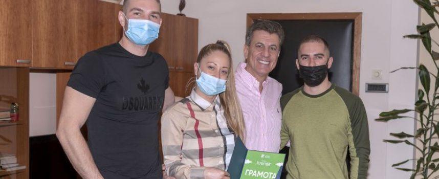 Тодор Попов отличи младежи от Пазарджик  за почистването на зелени пространства