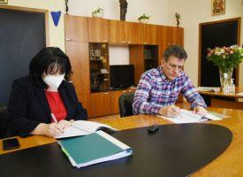 Министър Петкова и Тодор Попов подписаха в Пазарджик договора за уличното осветление