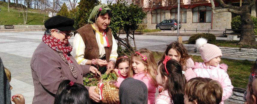 Брацигово: Баба Марта закичи децата за здраве