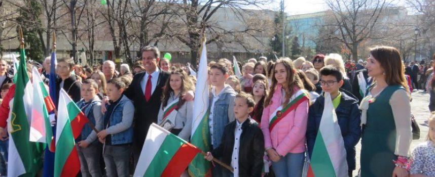 """Пазарджик излезе на площад """"К.Величков"""" за празника"""