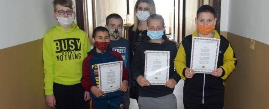 Пещера: Деца поздравиха служителките на РУ на МВР