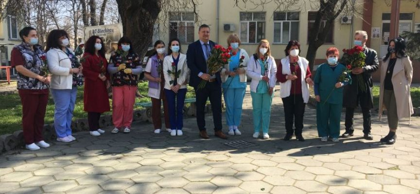 55 червени рози зарадваха медицински сестри и лекарки в МБАЛ – Пазарджик