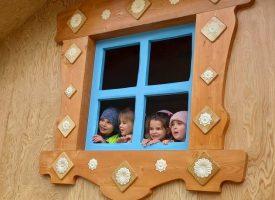 """Къщичката на баба Яга грейна в градинката при """"Ескулап"""""""