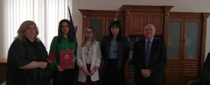 Връчиха почетния знак на наследниците на съдия Веселин Петричев