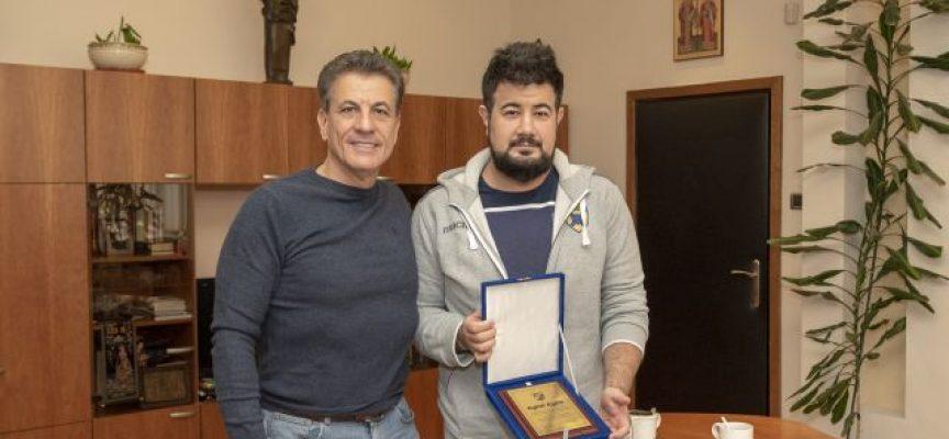 """Тодор Попов връчи на статистика на ВК """"Хебър"""" плакет за смелост и геройство при спасяване на човешки живот"""