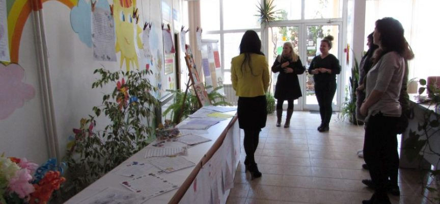 """Изложба """"Благословени да са всички майки"""" бе открита в Комплекса за социални услуги"""