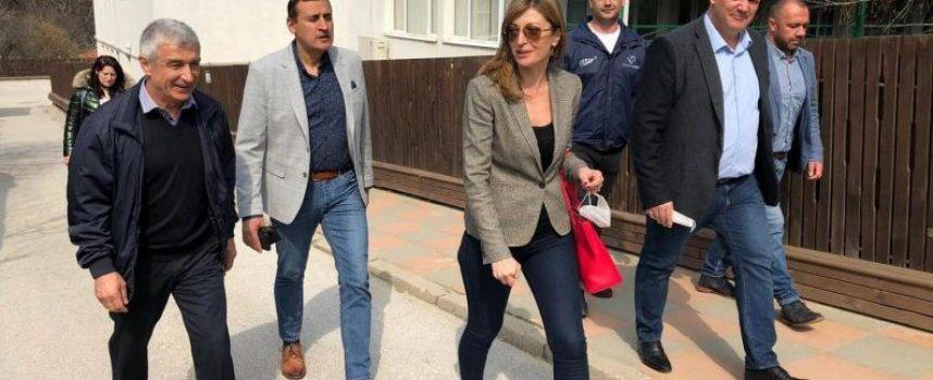 Екатерина Захариева по време на предизборната си обиколка в Пазарджишко: Ще работим за подобряване на инфраструктурата в малките населени места