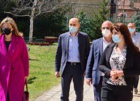 """Стаята за сензорна терапия в Пещера вече е факт, днес тя бе посетена от Екатерина Захариева, кметът Йордан Младенов и директора на """"Биовет"""" – Ангел Желязков"""