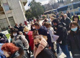 Все още пред сградата на Община Пазарджик има представители на секционни комисии с изборни книжа