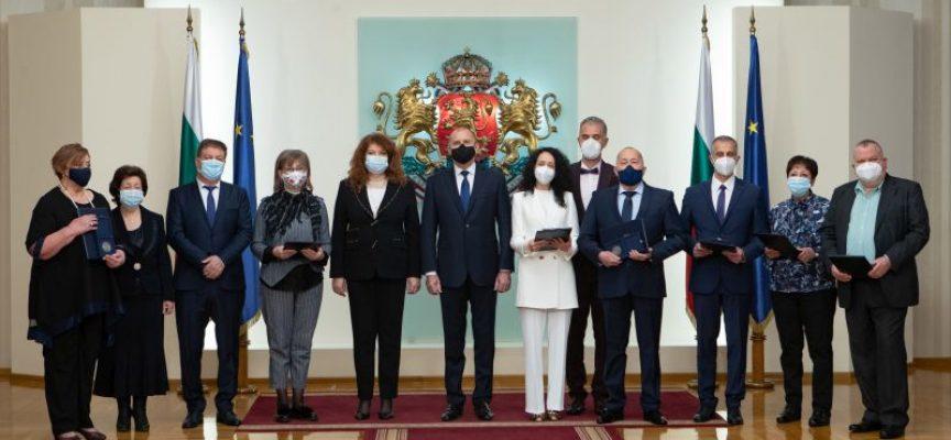 Румен Радев: Дължим признателност на медиците и здравните специалисти, те с достойнство и чест посвещават здравето и живота си на българските граждани