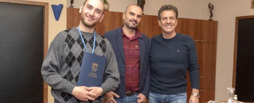"""Кметът Тодор Попов връчи поредните награди от инициативата """"Граждански импулс"""" на Димитър Илков и Никола Ставрев"""