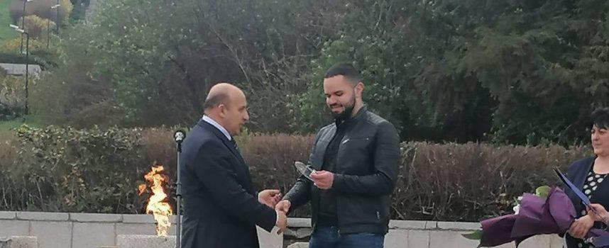 """Калоян Наплатанов дари наградата на баща си на училище """"20 април"""""""
