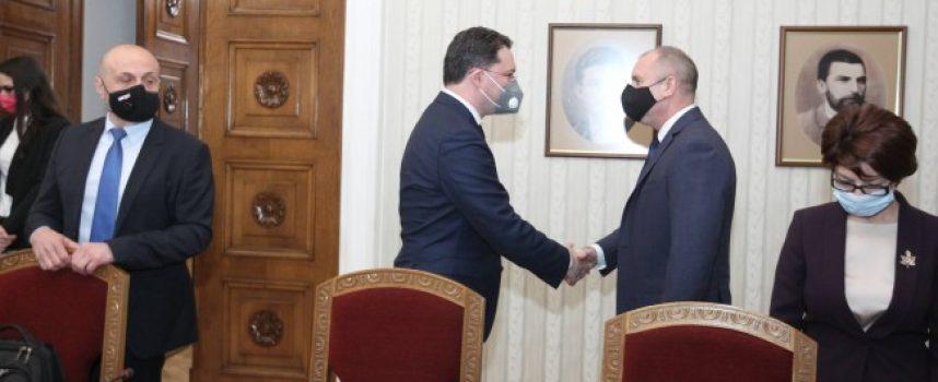 Президентът Румен Радев връчи мандат за съставяне на правителство на Даниел Митов