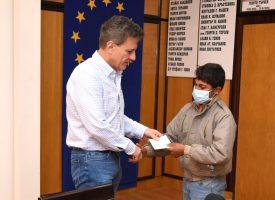 Преди Великденските празници кметът Тодор Попов се срещна с децата, чийто настойник или попечител е
