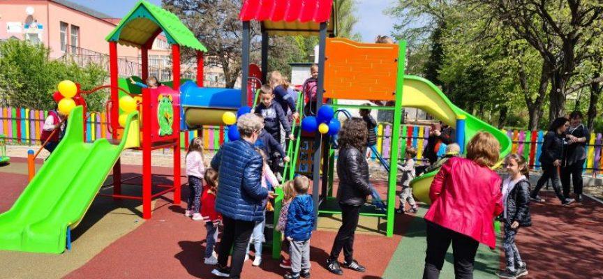 """Нова детска площадка има вече в двора на ПГХВТ """"Ат. Ченгелев"""""""
