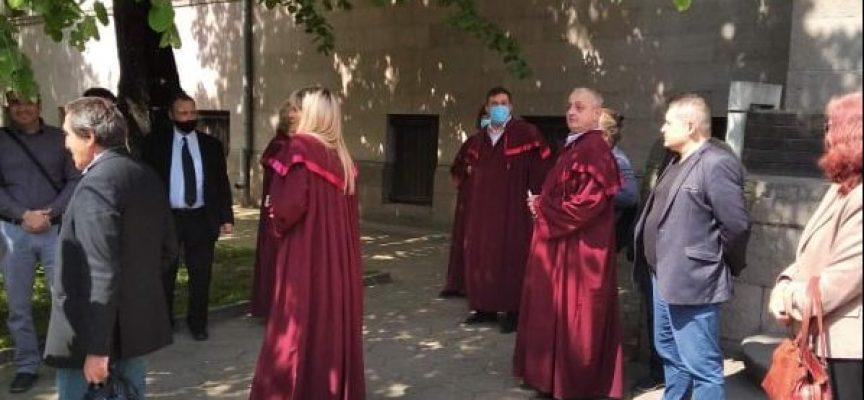 Прокурорите в Пазарджик излязоха на протест пред Съдебната палата