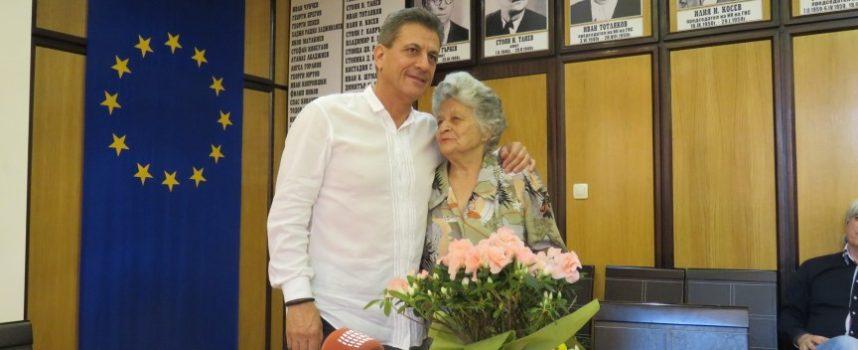"""Тема с продължение: Росица Михова продължава да обгрижва цветния рай на ул. """"Раковски"""""""