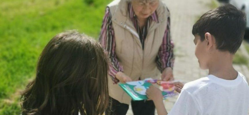 """С пъстри великденски картички и яйца зарадваха възрастни хора от Пазарджик второкласниците от ОУ """"Христо Смирненски"""""""