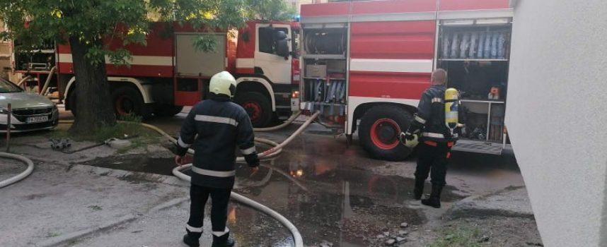Пострадалият от пожара мъж е откаран в Клиниката по изгаряния