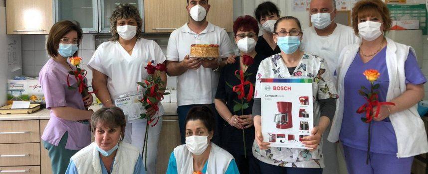 В деня на медицинските сестри: Лекарите от Кардиологията дариха сестрите от отделението си