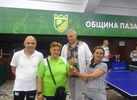 """Дамите от Спортен клуб """"Човеколюбие"""" с купа от работническото състезание по тенис на маса"""