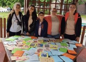 """Шестокласници от СУ """"Георги Бенковски """" зарадваха учителите си с картички за празника"""