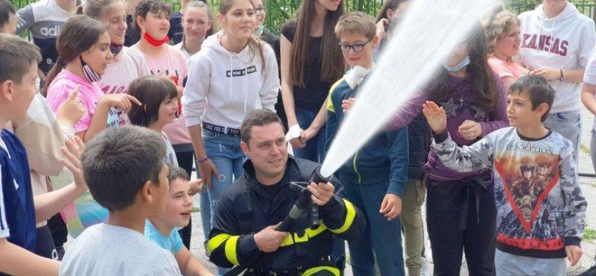 Пожарникари и полицаи обучаваха деца в Батак