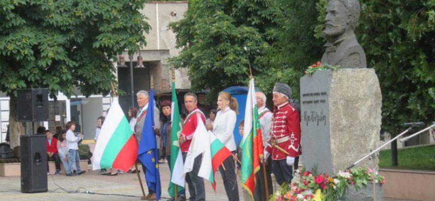 Пазарджик поднесе цветя пред паметника на Христо Ботев