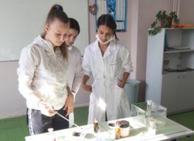 Как да заобичаш химията? Ето какво показаха ученици от ПГХХТ с пътуващата си лаборатория