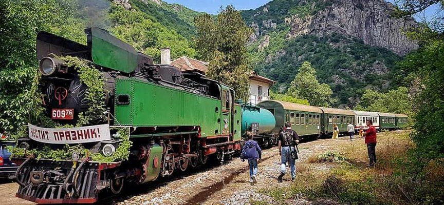 Днес, утре и в деня на Съединението: Теснолинейката пътува с парен локомотив