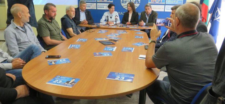"""""""Демократична България"""" представи листата си в Пазарджик, партията обучава с таблети как да гласуваме машинно"""