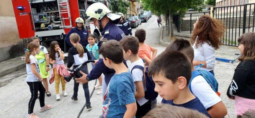 Огнеборци се срещнаха с децата на Пещера и Пазарджик