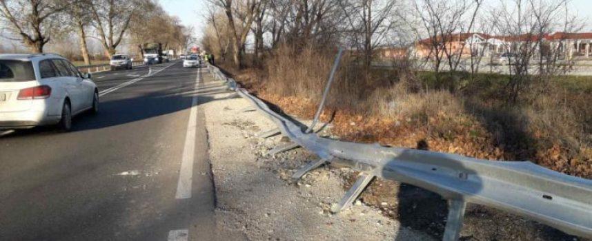 Собственици на автокъщи: Областно пътно управление да изреже дърветата по пътя Пазарджик – Пловдив