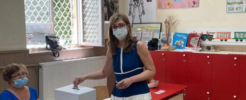 Водачът на листата на коалиция ГЕРБ-СДС Екатерина Захариева гласува в Пазарджик