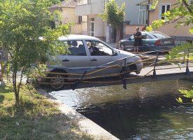 Разсеян шофьор вкара колата си в тесен мост над канала