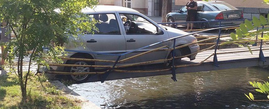 Жена е карала колата задръстена на пешеходния мост, притеснила се е