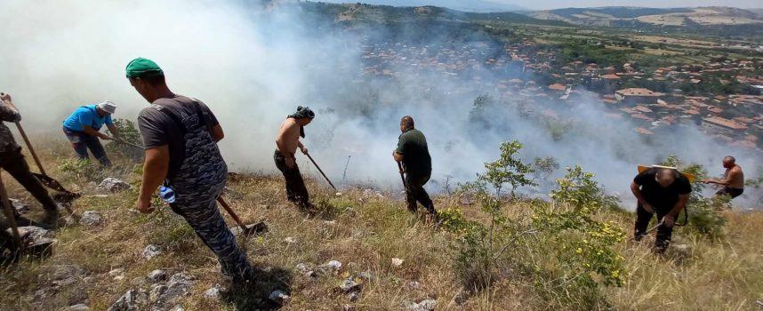"""""""Гори, гори огънче"""": Запалени треви и храсти предизивикаха пожари, гасят ги лесничеи и пожарникари"""
