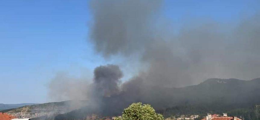 Пожар върлува над Велинград, близо е до къщите