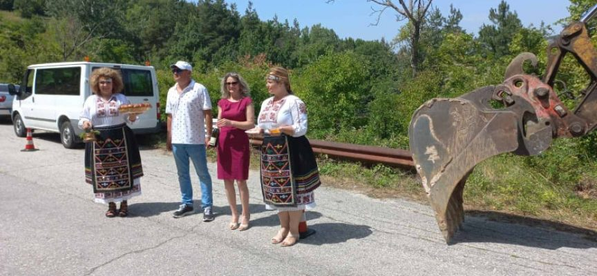 В село Жребичко правят първа копка в горещия августовски ден