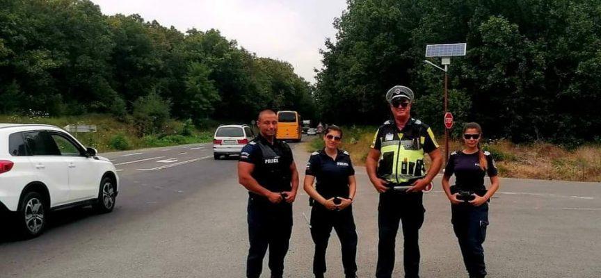 Пазарджишкият пътен полицай Благой Риков патрулира по морето