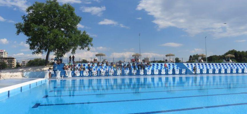 Тържествено прерязаха лентата на Балона, кметът Тодор Попов бе сред първите плувци в басейна
