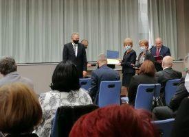 д-р Хюля Шериф с награда от Министерство на здравеопазването